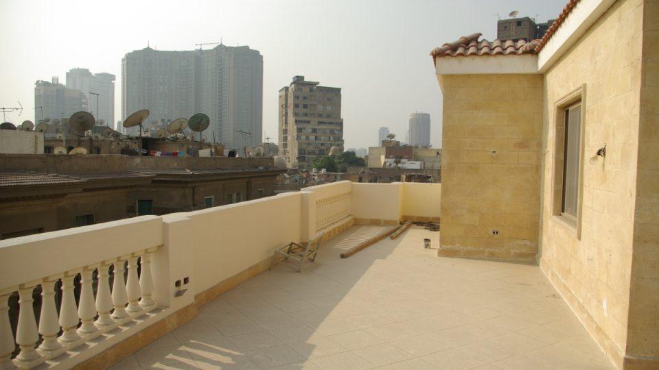 Střešní terasa, kde Hanzelka se Zikmundem psali v roce 1947 své reportáže