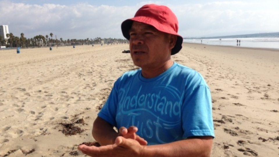 Herman denně nachodí po pláži dlouhé kilometry s ovocem a cukrovinkami na prodej