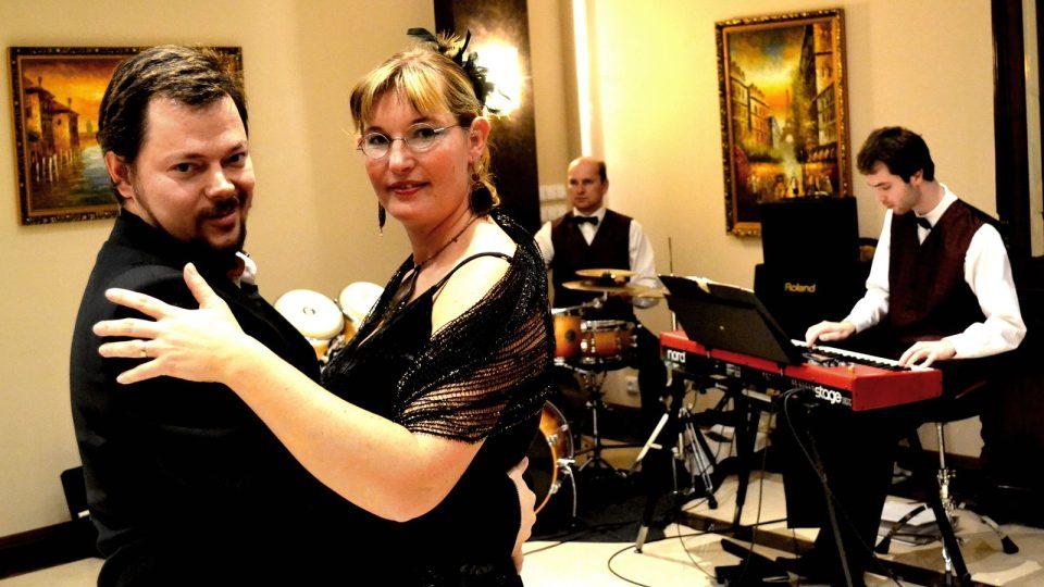 Tanečních čajů v Českých Budějovicích se aktivně zúčastnil také redaktor Ivan Studený se svou manželkou