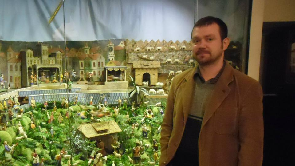 Ředitel muzea Jiří Křížek s nejstarším Metelkovým betlémem