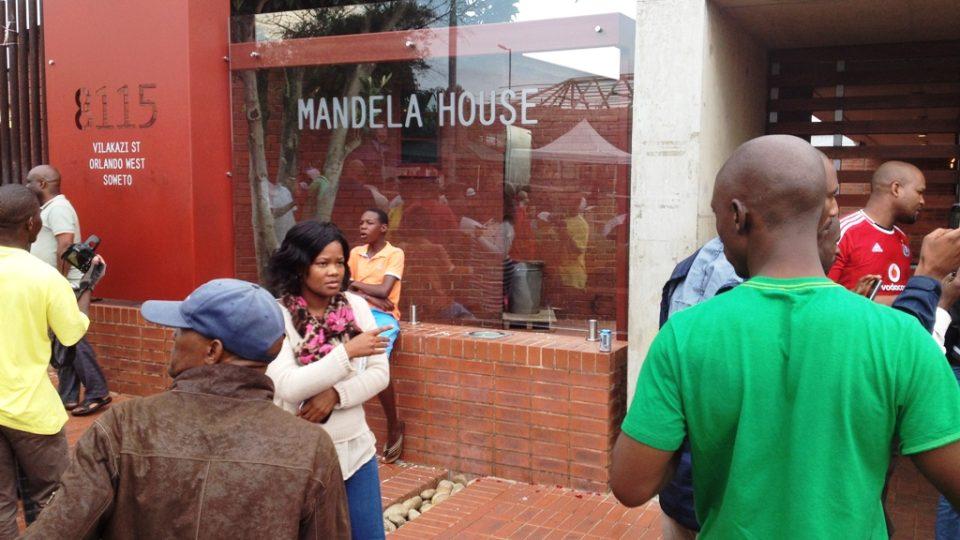 V Sowetu se lidé s Madíbou loučí hlavně zpěvem a tancem.