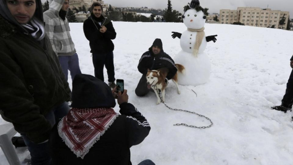 Lidé se fotí se sněhem v Jeruzalémě