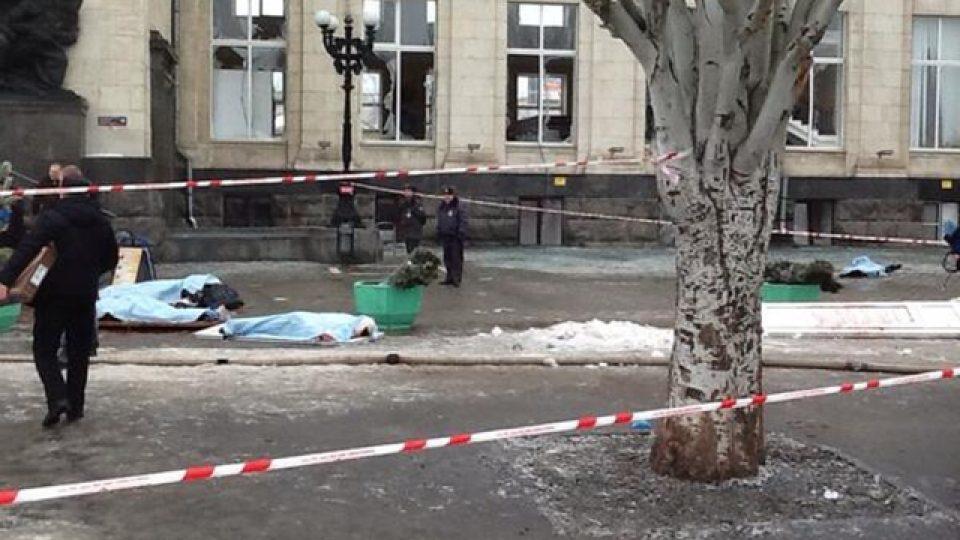 Těla obětí výbuchu před volgogradským nádražím