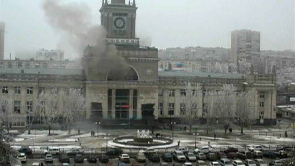 Po výbuchu stoupal z budovy volgogradského nádraží hustý kouř