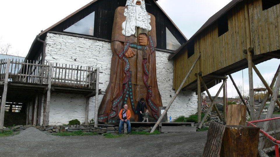 Obří socha Děda Praděda v jiříkovské galerii