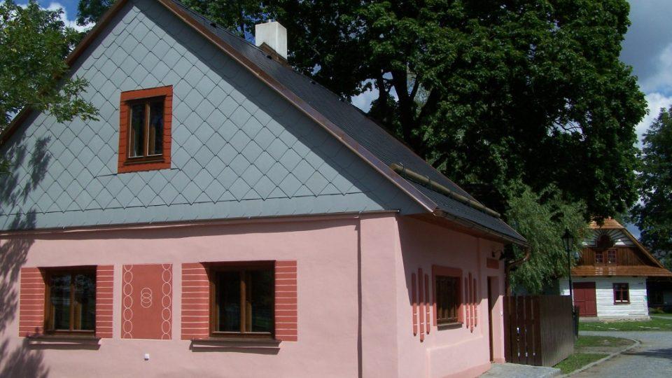 Domek č. p. 561 v červenci 2012, nové Turistické informační centrum s expozicí dřevěných hraček