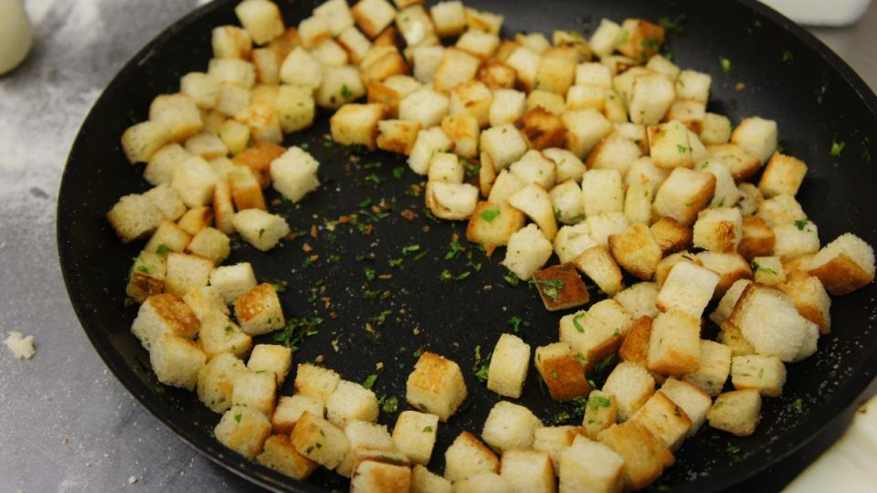 Osmažená houska na pánvi, nezbytná surovina pro chlupaté knedlíky