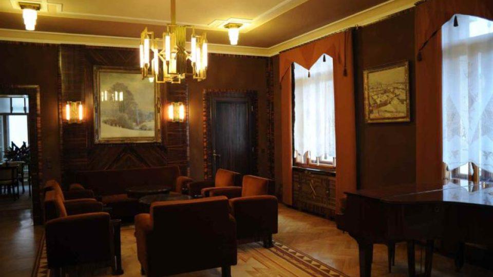 Salón v 1. patře i s pianem