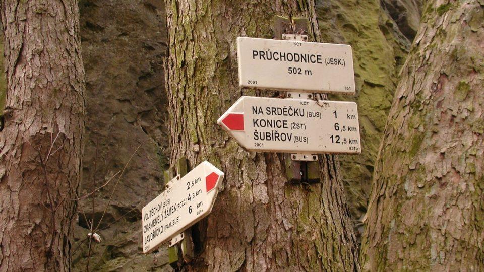 Turistické ukazatele u jeskyně Průchodnice