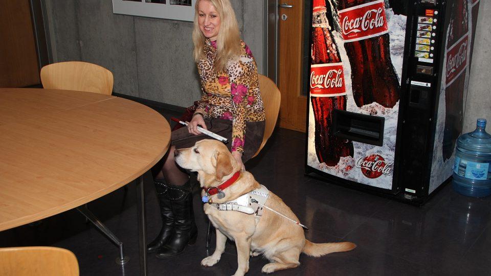 Nevidomá Jana Štrochová se svým psem