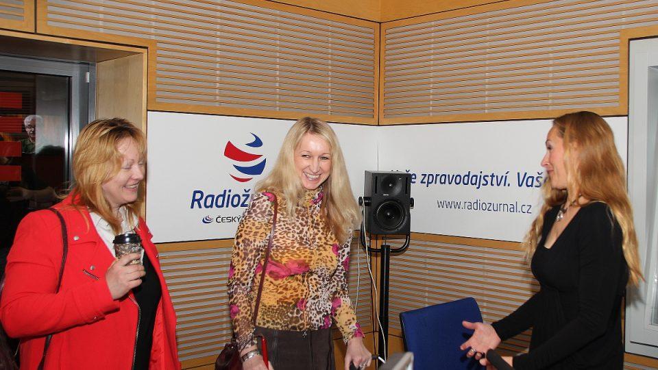 Nevidomá Jana Štrochová a Helena Nerglová, instruktorka vodicích psů, ve studiu Radiožurnálu s moderátorkou Lucií Výbornou