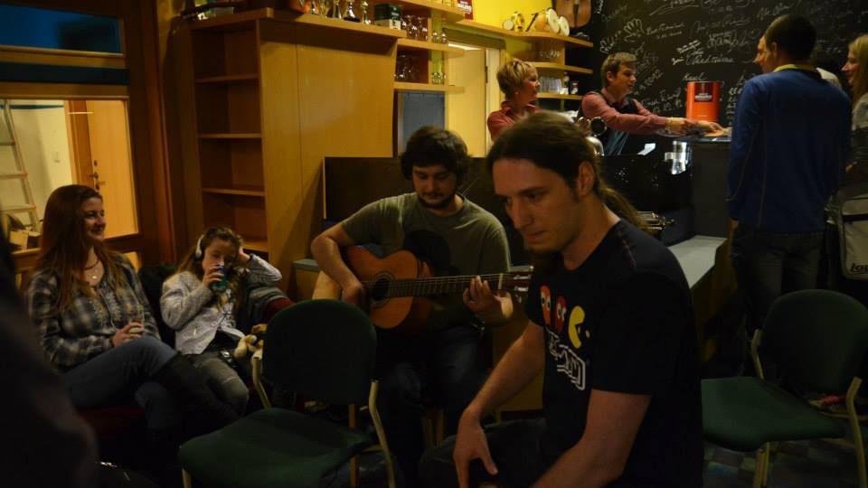 Večer plný muziky při otevření radiokavárny Na Náplavce!