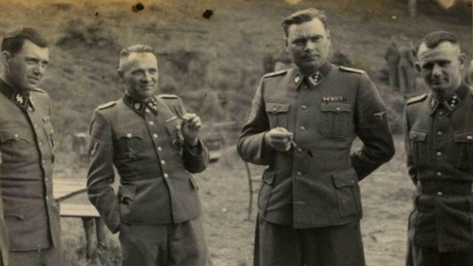 Zleva doprava: Dr. Josef Mengele, Rudolf Höss, Josef Kramer a neidentifikovaný voják