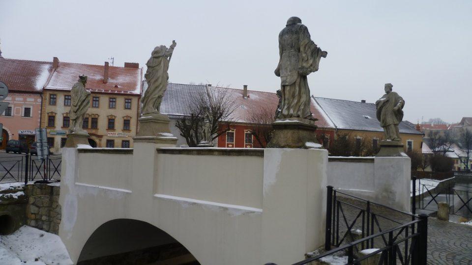 Vyklenutý most před brtnickou radnicí