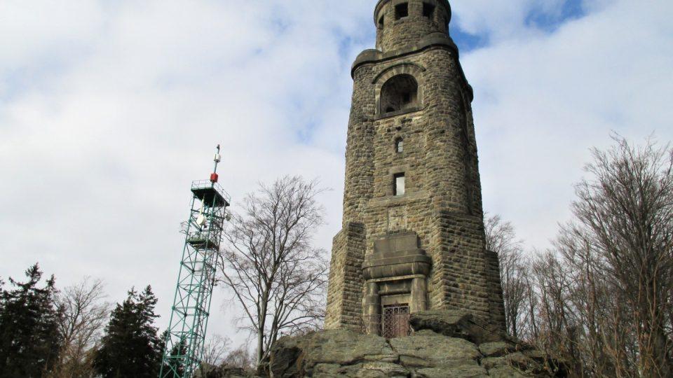 Za rozhlednou dnes vyšší televizní věž
