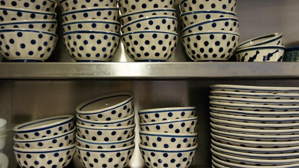 Vyrovnané misky a talíře v polici