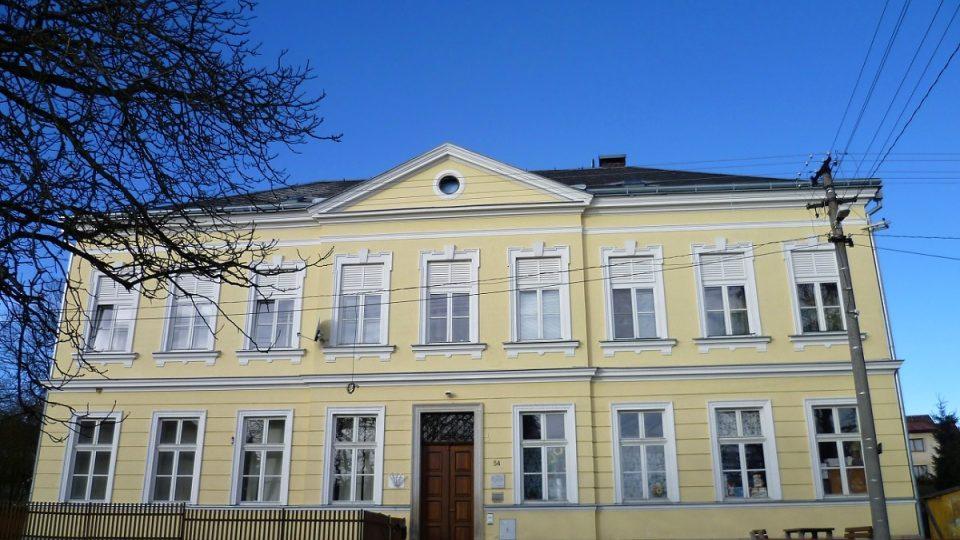 Muzeum Jakuba Hrona sídlí v přízemí bývalé školy v Metánově