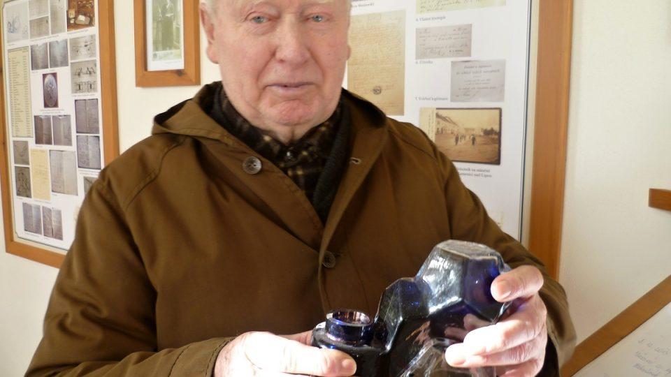 Průvodce Josef Zeman s buňátem v rukou