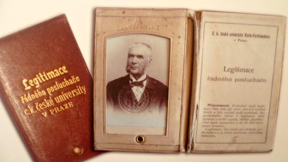 Studentská legitimace Jakuba Hrona. Medicínu studoval, když mu bylo více než 60 let