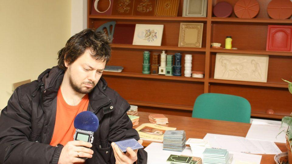 Ivan Studený zkoumá kamnové kachle