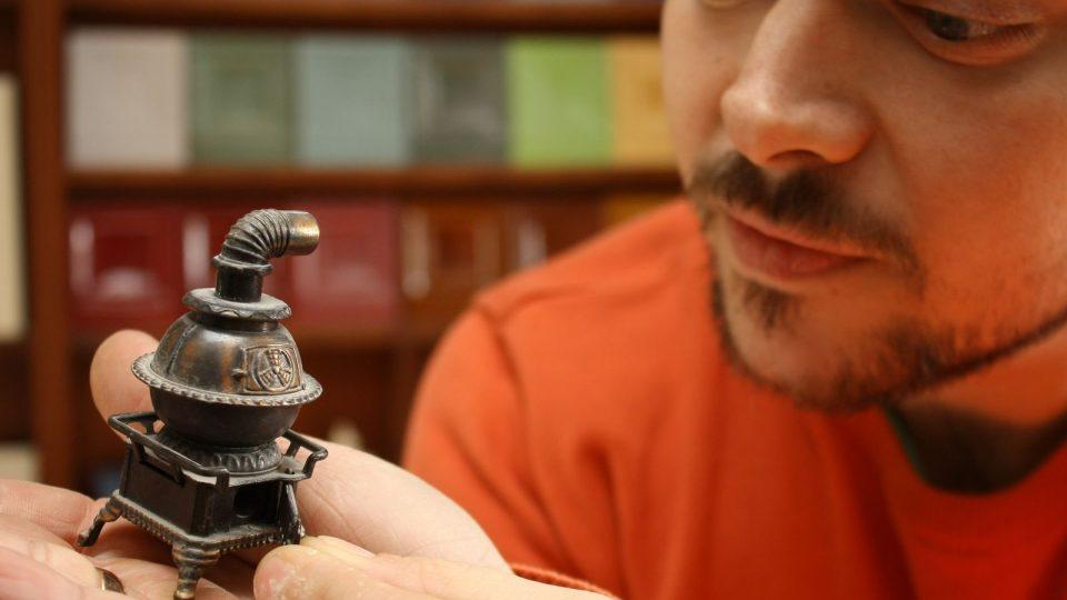 Ivan Studený obdivuje modely kamen