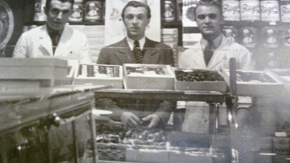 Zakladatel lahůdkářství Jan Paukert (uprostřed)