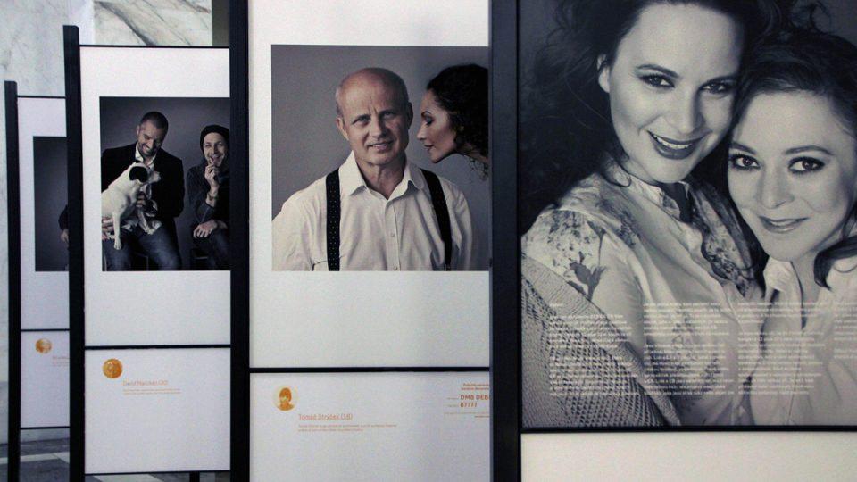 Herečka Jitka Čvančarová, patronka DEBRA ČR, zapózovala s Petrkou Koudelkovou, která trpí nemocí motýlích křídel