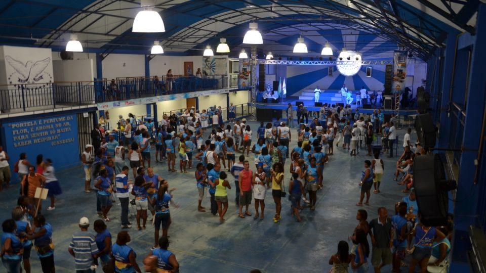 Srdcem základny školy Portela je zastřešené cvičiště