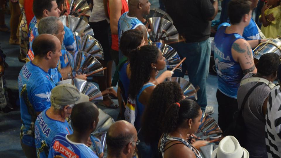 Zvony jsou součástí bicí sekce, která čítá často až 300 členů a umí to pěkně rozjet