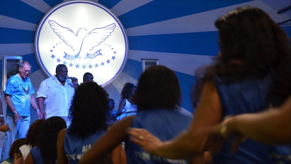 Se zpěváky na pódiu zpívají i lidé dole. Text své písně už znají nazpaměť