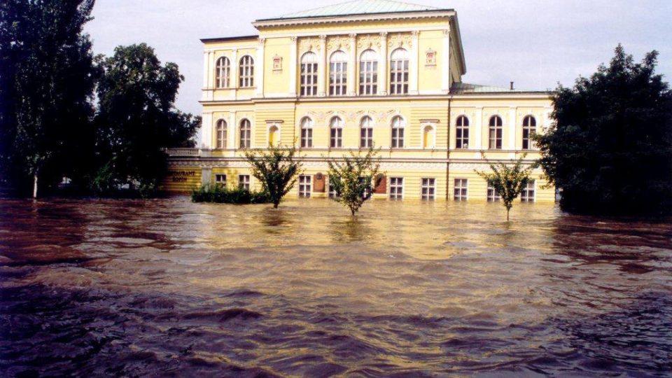 Povodně v roce 2002 těžce postihly i palác Žofín