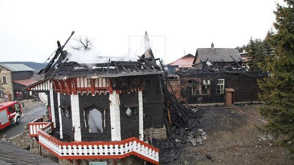Rozsáhlý požár poničil chatu Libušín na Pustevnách, škody šplhají do desítek miliónů