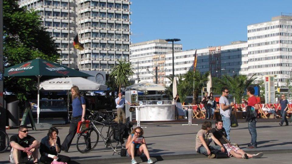 Poklidný, lidový ráz Alexanderplatzu v Berlíně se má výstavbou mrakodrapu brzy změnit