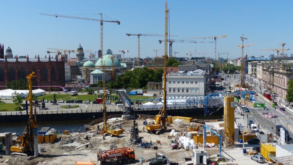 V centru Berlína se staví metro pod Unter den Linden a královský palác. Další staveniště vznikne kvůli mrakodrapu přímo na Alexu