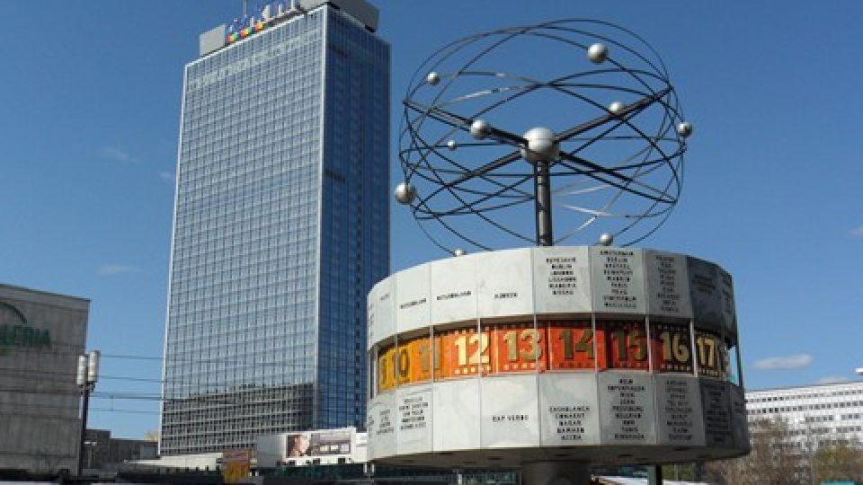 Světovost zatím Alexanderplatzu dodávají jenom tyhle hodiny se světovým časem