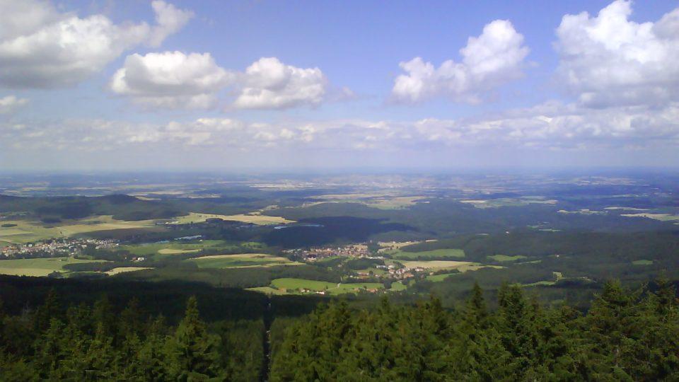 Pohled z kleťské rozhledny směrem na jih k Českým Budějovicím