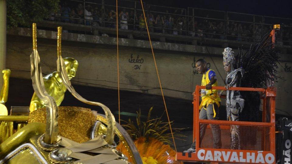 Ani karnevalová múza nemá lehký život - na alegorický vůz musí s pomocí vysokozdvižného vozíku. Jako na paletě