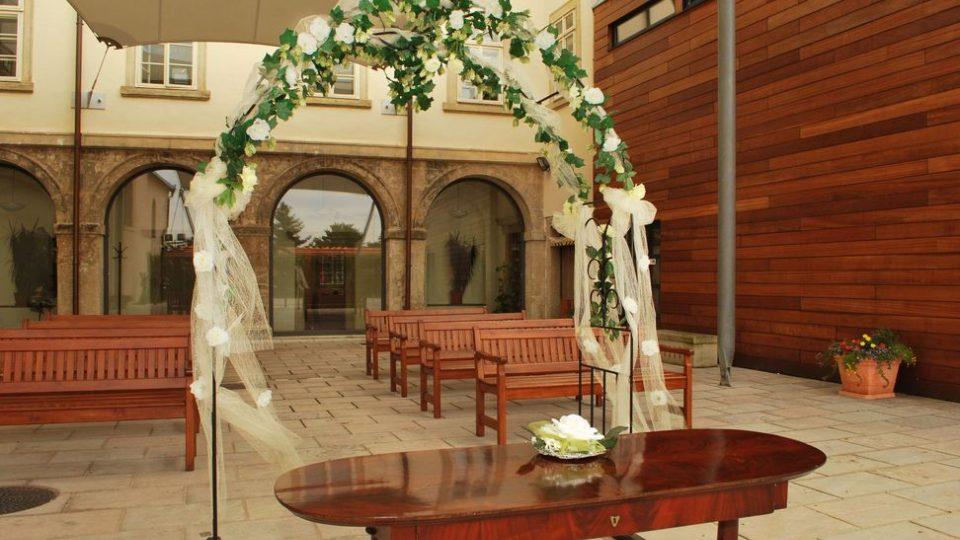 Svatební obřady se konají i na nádvoří