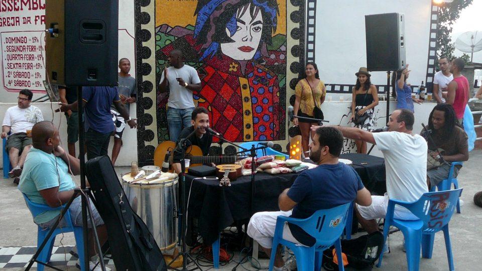 Na náměstíčku Michaela Jacksona se pod jeho dohledem scházejí muzikanti