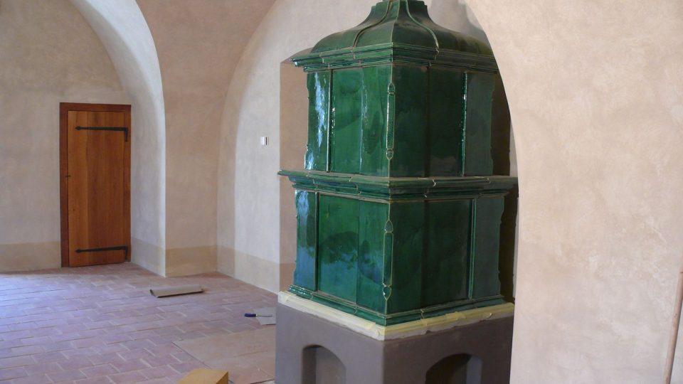 Historická kamna na zámku v Roztokách