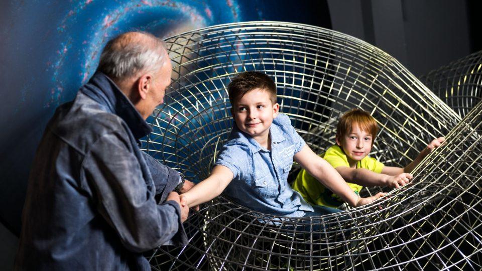 Geo - Möbiova páska, děti s dědečkem