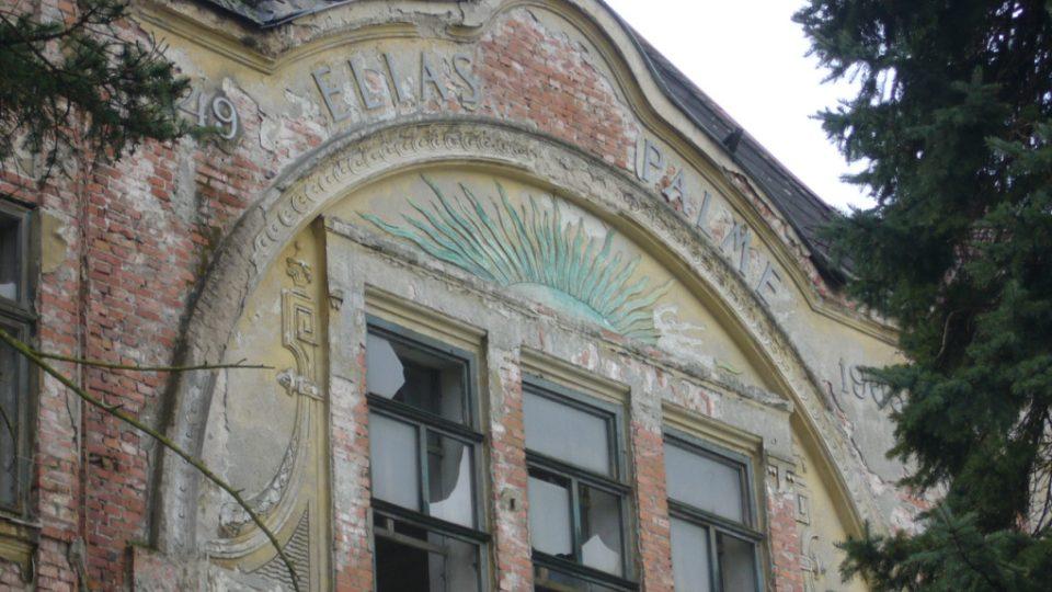 Administrativní budovy bývalé továrny na výrobu lustrů v Kamenickém Šenově (štít - letopočet 1849 a 1905 a nápis ELIAS PALME)