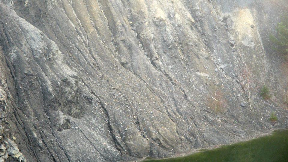 Svahy břidlicové sutě vykreslené vodní erozí