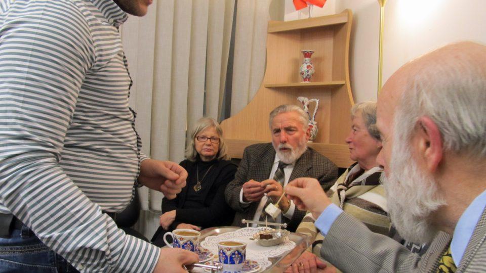 Pravidelná Turkish Coffee Night, kterou sdružení Mozaiky/Platform Dialog pořádá každý měsíc v jeho prostorách v Praze. Podávají se domácí turecká jídla, pije se turecká káva a čaj a člověk tu může potkat skutečně pestrou škálu lidí.