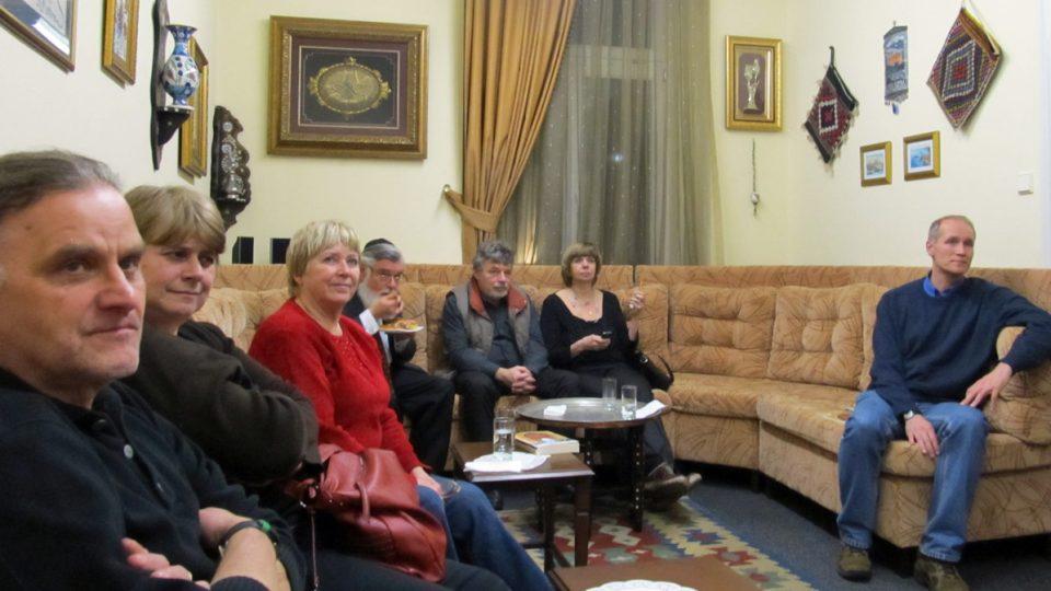 Pravidelná Turkish Coffee Night, kterou sdružení Mozaiky/Platform Dialog pořádá každý měsíc v jeho prostorách v Praze. Podávají se domácí turecká jídla, pije se turecká káva a čaj a člověk tu může potkat skutečně pestrou škálu lidí