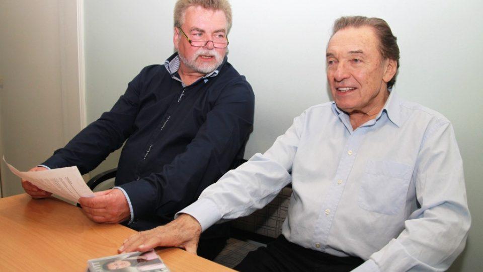 Moderátor Zdeněk Vrba a Karel Gott