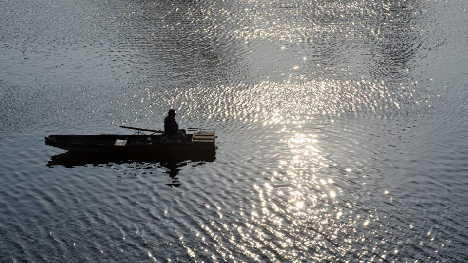 Rybář na Vltavě pod Vyšehradskou skálou