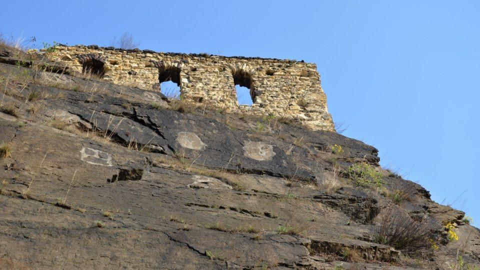 Zbytky obvodové zdi - jedna z dochovaných gotických památek na Vyšehradě