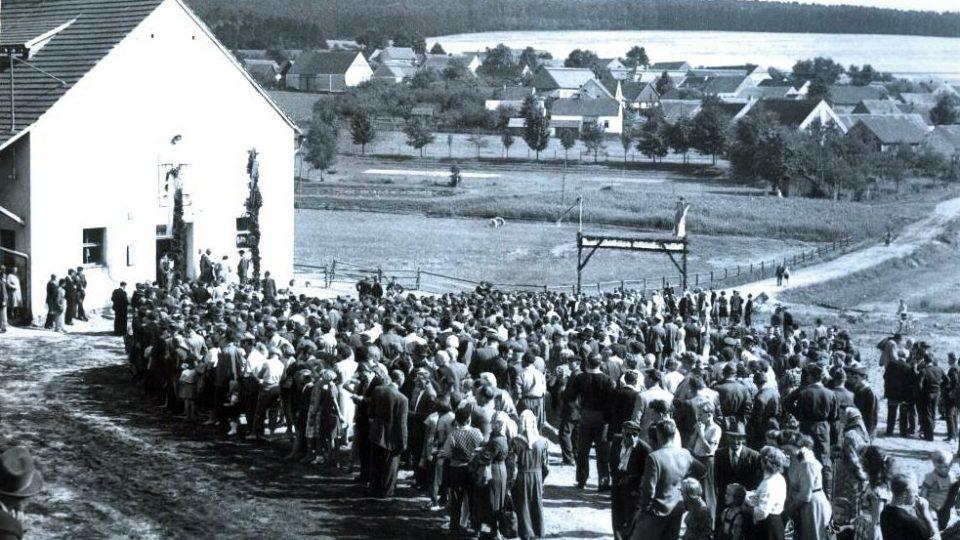 Červenec 1957, obyvatelé Bušovic čekají v areálu zemědělského družstva na příjezd Nikity Sergejeviče Chruščova