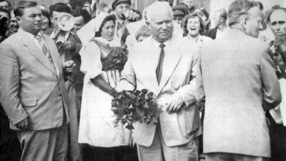 Po levé ruce Nikity Sergejeviče Chruščova se zády k fotografovi a čelem k občanům Bušovic obrací budoucí prezident Antonín Novotný